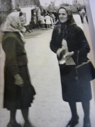 Frauen beim Kirchgang